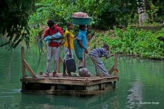 Un bac rudimentaire à Abricot pour franchir la rivière. Haïti.