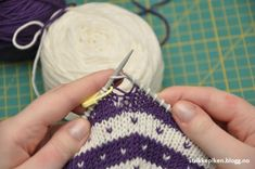 How to knit stripes around, without getting notched at the beginning and end of the round? Knitting girl - How to knit stripes around without getting chopped at the beginning and end of the round? EVERYDAY MAGIC: GLASS PIECES WITH SWEET STOR. Crochet Stitch, Easy Crochet, Free Crochet, Knit Crochet, Crochet Pattern, Mosaic Knitting, Crochet Baby Costumes, Big Knit Blanket, Jumbo Yarn