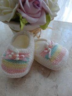 Olá, queridas amigas !!!   Hoje venho postar este lindo sapatinho de tricot,   Que fiz para uma amiga muito querida, que esta ...