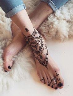 Tattoo mandala sulla caviglia e parte del piede