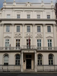 The Earl's townhouse in Belgrave Square. (Actually this is the Turkish Embassy) Classic House Design, Building Front, Building Elevation, Stone Facade, Entrance Design, Georgian Homes, Front Entrances, Neoclassical, Cottage Homes