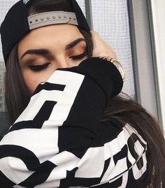"""Que fecha qualquer parada, cheia de humildade."" Eyebrows On Fleek, Tumblr Girls, Girl Photography, Pretty Face, Girl Photos, Makeup Looks, Hair Beauty, Beauty Makeup, Photoshoot"