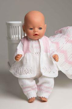 Jakke, buksedress og teppe Knitting Dolls Clothes, Crochet Doll Clothes, Doll Clothes Patterns, Knitted Doll Patterns, Knitted Dolls, Girl Dolls, Baby Dolls, Baby Born Kleidung, Knitting Bear