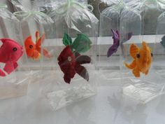 Felt fish in a pet shop take home bag: Cute idea to give as goody bags for a carnival themed birthday party. Put blue and brown colored candy at bottom to look like water and sand - Or Real Bagged Fish! Felt Crafts, Diy And Crafts, Crafts For Kids, Arts And Crafts, Diy Projects To Try, Sewing Projects, Craft Projects, Crochet Video, Felt Toys