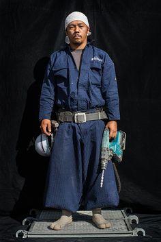 (圖片)建築工地上,身穿燈籠褲的男人們 | Nippon.com Pose, Working Man, Working People, Work Uniforms, Man And Dog, Future Fashion, Work Pants, Work Wear, Men Dress