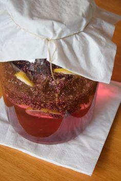 Zkouším podle Moniky z kopečku levandulový sirup.   Zatím to vypadá skvěle! A jak to voní!!!              Barva je nádherná.        Už se n...
