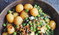 Peter Gordon's minted baby potatoes, peas and creme fraiche Russet Potato Recipes, Best Potato Recipes, Potato Dishes, Baby Potatoes, Saag, How To Cook Potatoes, Creme Fraiche, Eten, Recipes