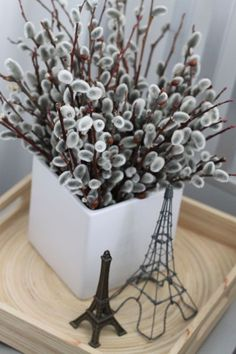 Pussy Willows For a bouquet that's just as pleasant to touch as it is to look at, gather some willow branches. Deco Floral, Arte Floral, Alternative Bouquet, Alternative Wedding, Deco Nature, Willow Branches, Ideas Geniales, Easter Table, Deco Table
