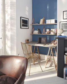 Salon avec un petit bureau aménagé et une étagère pratique