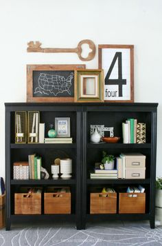 LOVING how these bookshelves are styled! /ES