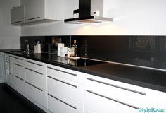 kök,glasskiva istället för kakel,grå,svart bänkskiva,rostfri fläkt,ikea,handtag,liggande överskåp