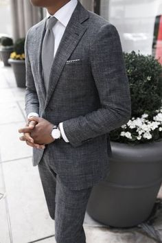 The gray suit is one suit you would wear and expect your class & style to be instantly noticed. Here are the best shirts and shoes to pair with a gray suit. Gentleman Mode, Gentleman Style, True Gentleman, Sharp Dressed Man, Well Dressed Men, Costume En Lin, Traje Casual, Mode Man, Herren Outfit