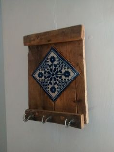 PORTA LLAVES And listed below are 10 tips to create your painting projects go smoother and faster wh Tile Crafts, Wood Crafts, Diy And Crafts, Arts And Crafts, House Painting, Painting On Wood, Diy Wood Projects, Woodworking Projects, Pallet Art