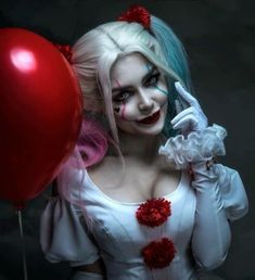 Do you want a balloon, Georgie? 🎈 Who's your favourite: Pennywise or Harley Quinn? Joker Und Harley Quinn, Harley Quinn Drawing, Harley Quinn Cosplay, Margot Robbie Harley, Pennywise The Clown, Joker Art, Clown Makeup, Maquillage Halloween, Cosplay Girls