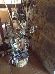 centro de mimbre con flores secas y flor artificial