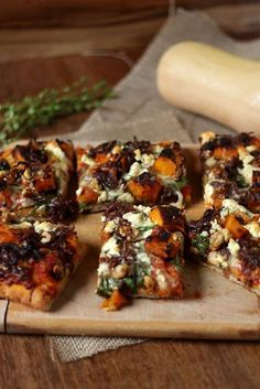 Roast Pumpkin, Caramelized Onion, and Walnut Pizza (omit cheese or use Daiya for Food from recipes Pumpkin Pizza, Roast Pumpkin, Pumpkin Salad, Whole Food Recipes, Cooking Recipes, Cooking Tips, Vegetarian Recipes, Healthy Recipes, Meat Pizza Recipes