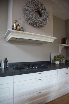 VRI interieurbouw NL: landelijk klassieke keuken in het wit - Dampkap met sierlijst