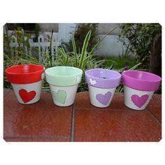 But flowers instead of hearts Flower Pot Art, Flower Pot Design, Flower Pot Crafts, Clay Pot Crafts, Paint Garden Pots, Painted Plant Pots, Painted Flower Pots, Clay Pot Projects For Garden, Decorated Flower Pots