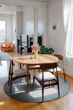 120 Couples First Apartment Decorating Ideas on A Budget - HomeSpecially Esszimmer einrichten Couples First Apartment, Apartment Decorating For Couples, Small Dining, Round Dining Table, Dining Sets, Dining Area, Deco Table, Home And Deco, Dining Furniture