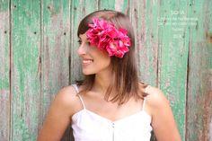 Corona de hortensias de tela en color rosa fucsia. Hecha a mano y a medida, es el complemento perfecto para dar a tu look un aire boho-chic. Ideal para una boda de día o para salir a cena con tus amigos combinada con un vestido largo.