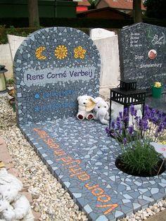 Een grafmonument van mozaïek | Vind meer inspiratie over grafmonumenten voor de begrafenis en de crematie op http://www.rememberme.nl/urnen-grafkisten-grafmonumenten/