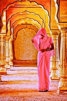 Beautiful Hindu woman at Amber Fort temple in Rajasthan Jaipur India by David Davis I love the Amir fort. I miss India. We Are The World, People Around The World, Amazing India, Indian Colours, Jaipur India, India Sari, World Of Color, World Cultures, India Travel