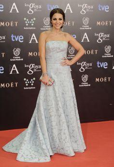 vestido largo fiesta en azul - paula echevarria en los goya 2014 de Dolores Promesas - zapatos de Lodi y joyas de Tous
