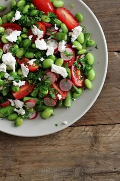 Salat med edamebønner, tomater, radisser og asparges.