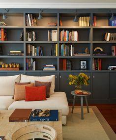 The-Room&Co1. Librería oscura en salón con sofá