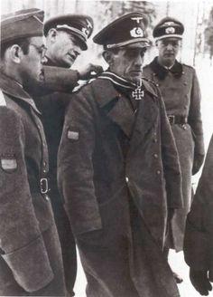 El General Agustín Muñoz Grandes, primer jefe de la División Azul, recibe su Cruz de Caballero (las hojas de roble las recibió del propio Hi...