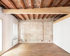 renovated by carles enrich studio, barrel vaulting of timber and brickwork spans the length of the light-filled penthouse in verdi, barcelona. Contemporary Architecture, Architecture Details, Patio Interior, Interior Design, Roof Joist, Barcelona, Timber Beams, Penthouse Apartment, Industrial Loft