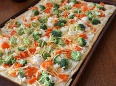 Cold Veggie Pizza Vegetable pizza is a quick and easy appetizer that everyone always seems to enjoy. This is literally THE BEST veggie pizza I like. Its so good, and lately i've been craving me some veggie pizza, so we are going to give it a try! Healthy Food Recipes, Pizza Recipes, Appetizer Recipes, Cooking Recipes, Yummy Food, Tasty, Cold Vegetable Pizza, Vegetable Appetizers, Dinner Ideas