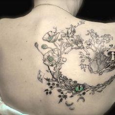 Photo de Tatouage alice: réalisation du motif a partir d'alice au pays des merveilles