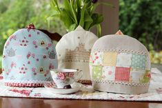 Free Tea Cozy Pattern and Tutorial - Simple. I thought it would be more useful to give you some instructions on how to make a tea cozy to fit any teapot. Tea Cosy Pattern, Little Presents, Mug Cozy, Sewing Art, Basic Sewing, Sewing Tips, Sewing Ideas, How To Make Tea, Quilt Patterns