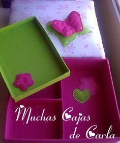caja de carton   con divisiones y bandeja extraible  apliques cosidos a mano