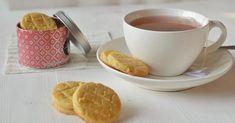 Sušenky všeobecně patří k mým oblíbeným sladkostem. A můžou být jakékoli - čokoládové, kokosové, máslové ... prostě malé a ideální na... Tea Cups, Tableware, Dinnerware, Tablewares, Dishes, Place Settings, Cup Of Tea