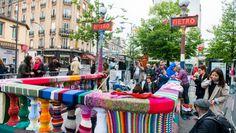 """Karen Fingerhut et ses assistants volontaires ont habillé la station """"Mairie des Lilas"""" de tricots aux couleurs vives et colorées."""