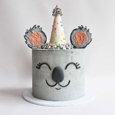 Cake decorating isn't quite as hard as it looks. Listed below are a couple of straightforward suggestions and tips to get your cake decorating job a win Fancy Cakes, Cute Cakes, Pretty Cakes, Beautiful Cakes, Amazing Cakes, Amazing Birthday Cakes, Yummy Cakes, Gateau Baby Shower, Bolo Cake