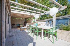 Het complete terras van de Ibiza Surf Lodge! Wat vinden jullie van het terras? #terras #veranda #glamping #interieur #stoerbuiten Ibiza, Surf Lodge, Glamping, Portugal, Pergola, Surfing, Outdoor Structures, Patio, Outdoor Decor
