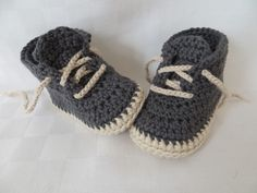 Baby Knitting Patterns Crochet Classic Baby Sneakers Free Pattern Video - Crochet S. Baby Shoes Pattern, Felt Shoes, Crochet Baby Clothes, Crochet Baby Shoes, Newborn Crochet Patterns, Baby Patterns, Booties Crochet, Baby Sneakers, Patterned Socks