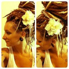Mèches blondes+ grosseurs+ fleur= wow