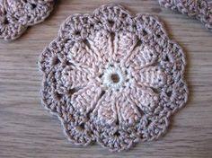 Een gratis haakpatroon van bloem onderzetters. Kom het patroon van de bloem onderzetters bekijken op www.haakinformatie.nl