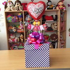 Cajas de fotos + mensaje personalizado  #JoliandGift  Desliza para ver más ✨ - joliandgift Candy Bouquet, Ideas Para Fiestas, Lets Celebrate, Valentines Diy, Basket, Gift Wrapping, Cool Stuff, Holiday Decor, Box