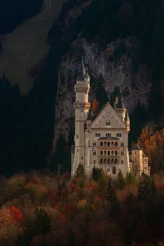 Fall in Neuschwanstein Castle, Bavaria, Germany. Just did a 2000 piece puzzle of this castle. Places To Travel, Places To See, Wonderful Places, Beautiful Places, Famous Castles, Neuschwanstein Castle, Fairytale Castle, Castle Ruins, Beautiful Castles