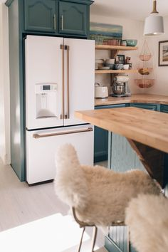2019 kitchen design trends, warm hardware finishes and bold cabinetry colors in blue feauturing Cafe Appliances in Matte White with Brushed Bronze Hardware. - My Home Decor Minimalism Living, Decoration Chic, Elegant Living Room, Updated Kitchen, Diy Kitchen, Kitchen Backsplash, Kitchen Interior, Design Kitchen, Kitchen Ideas