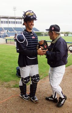Yankees' catcher Jorge Posada gets some pointers from Yogi Berra as pitchers and catchers report on the first day of spring training at Legends Field. Setiembre 24, 2015.