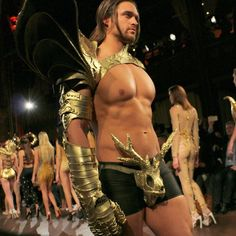 Always have that armor ready when in a flock of damsels. @verygathercole at #NYFW _______________________________________________________ #newyork #rockygathercole #travel #travelingram #runway #style #fashion #fitness #malemodels #travelgram #fashionshow #muscle #menswear #menstyle #mensfashion #manhattan #entrepreneurlifestyle #luxury #lifestyle #malefashionblogger #menstyleblogger #sssourabh #mensfashionblogger #solidgold #fashionbysssourabh #artheartsfashion @artheartsfashion