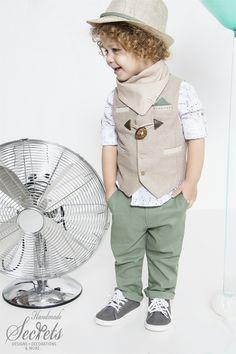 Bambolino ρούχα βάπτισης για αγόρια με μπεζ γιλέκο με ξύλινα κουμπώματα, βαμβακερό πουκάμισο με print αερόστατα, λαδί παντελόνι, φουλάρι, παπιγιόν, ζώνη και καπέλο. Stylish Kids, Pakistani Dresses, Kids Wear, Baby Boy Outfits, Boy Fashion, Baby Dress, Hipster, Embroidery, Suits