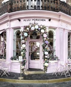 ✨Irresistible everytime 💕✨ 📷Wonderful shot by 😍 🔥FOUNDE Peggy Porschen Cakes, Tout Rose, Unusual Buildings, London Architecture, What A Wonderful World, London Travel, Travel And Leisure, London City, Elle Decor