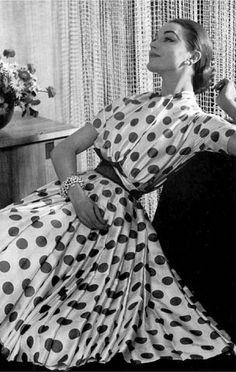 Vintage Dress by Carven 1957 Fashion Moda, 50 Fashion, Fashion History, Retro Fashion, Vintage Fashion, Dots Fashion, Fall Fashion, Vintage Style, Vintage Glamour